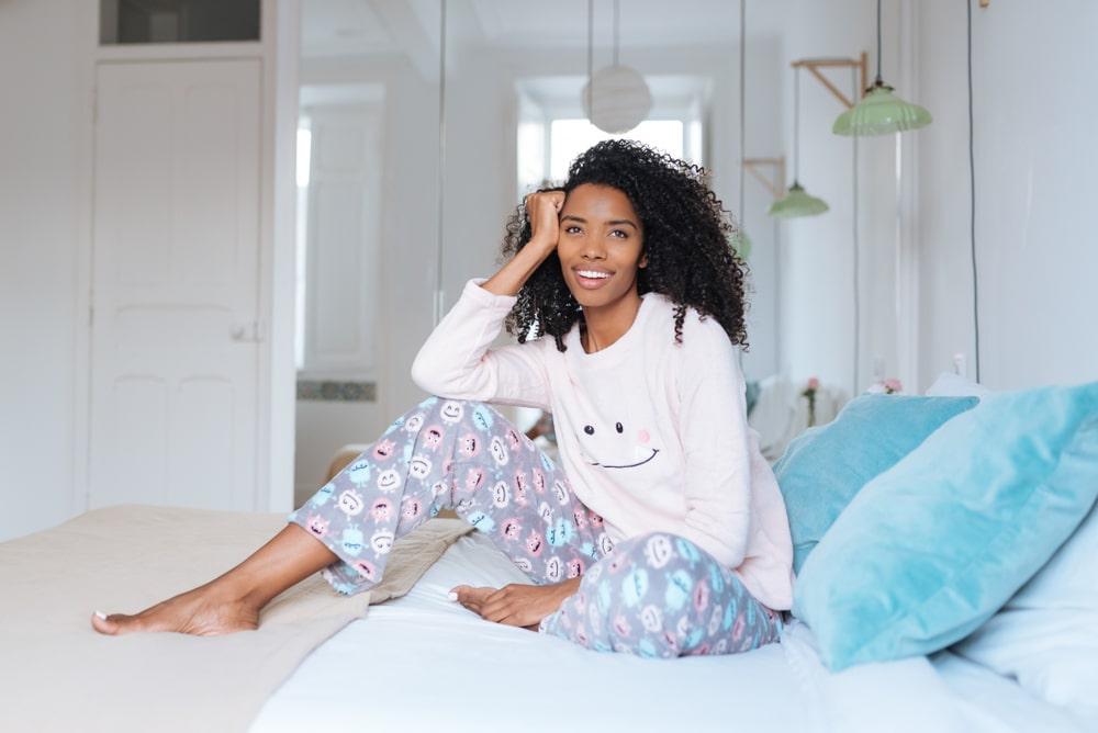 mujer en pijama para invierno